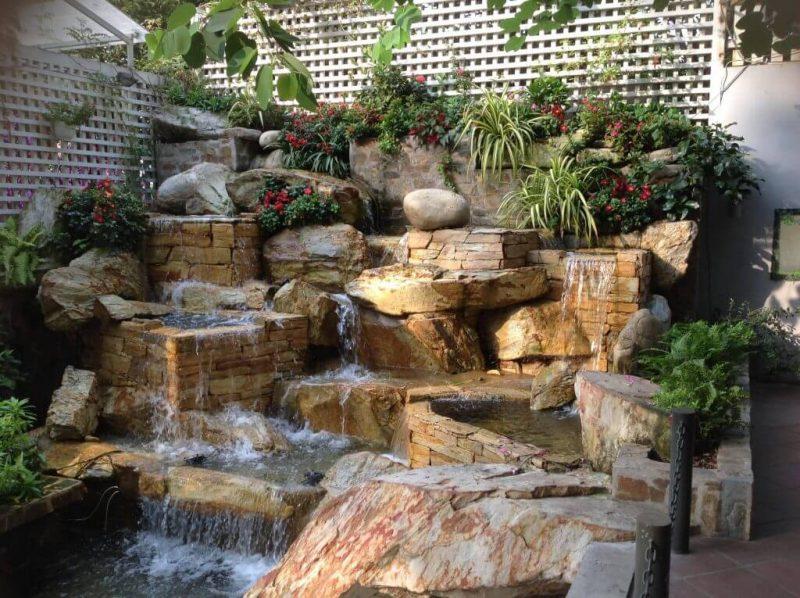 Mẫu thiết kế hòn non bộ đẹp có thác nước cho quán cafe sân vườn
