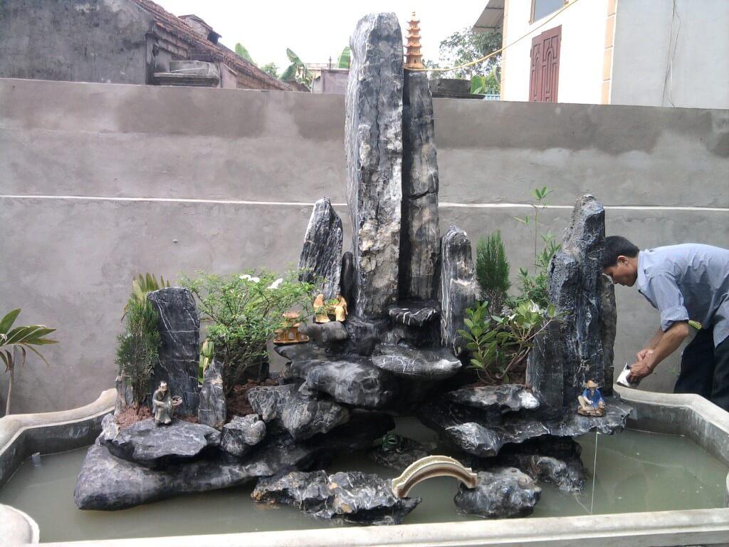 Thiết kế hòn non bộ đặt trong sân vườn thế độc phong